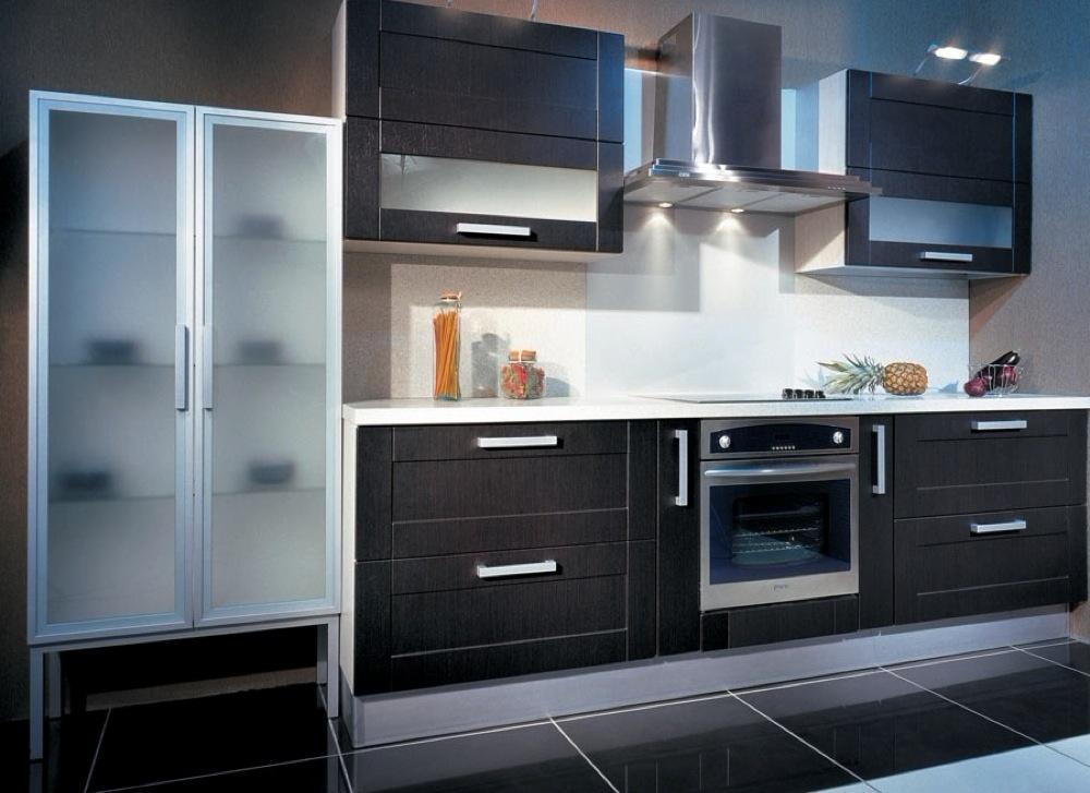кухня с фасадами из крашенного МДФ линейная цвета венге