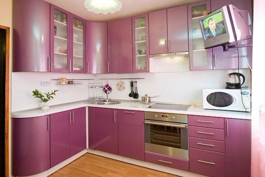 Сиреневая угловая кухня с гнутыми фасадами под заказ