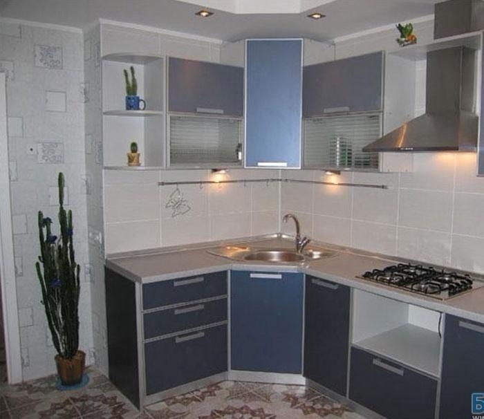 угловая кухня черно-белая