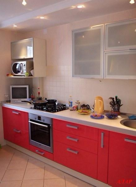 красная линейная кухня