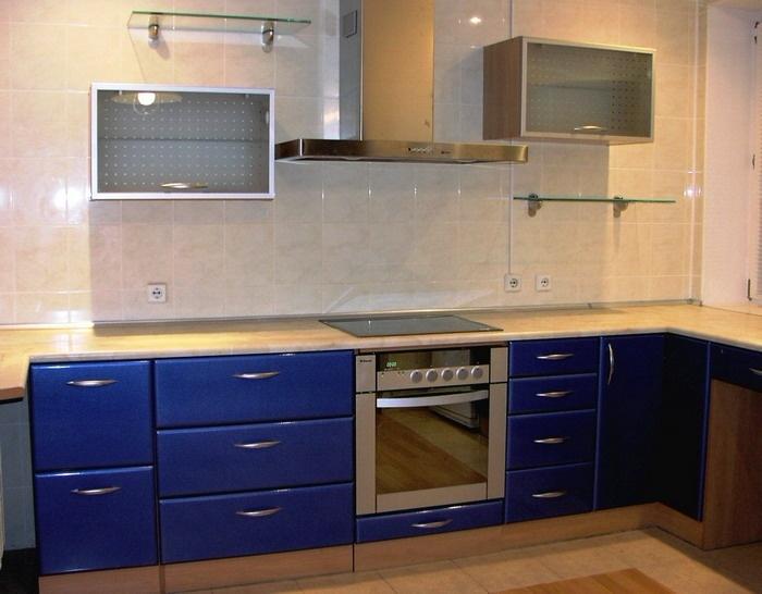 линейная синяя кухня