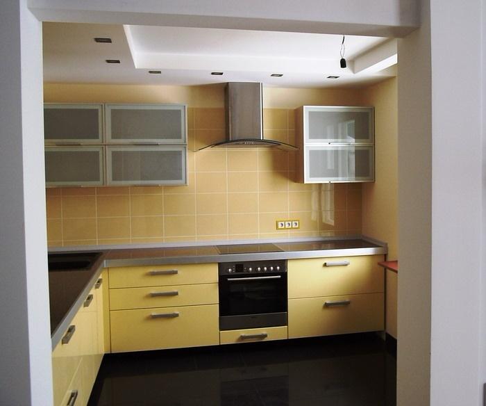 угловая лимонная кухня на заказ со стеклянными фасадами и алюминиевым z-профилем