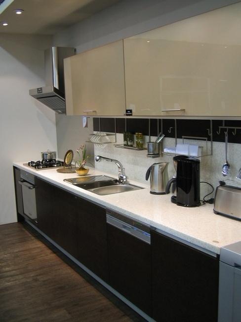 линейная черно-белая кухня