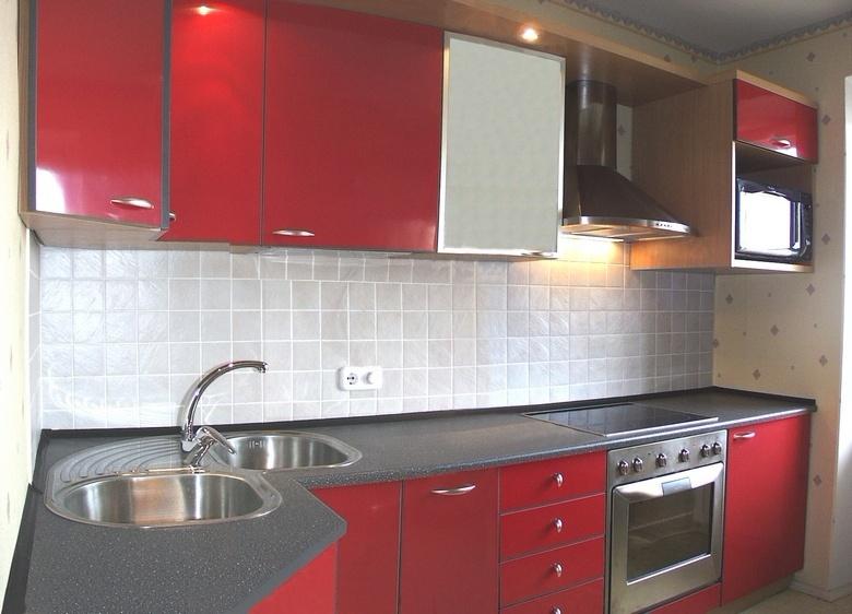 красная угловая кухня матовый фасад