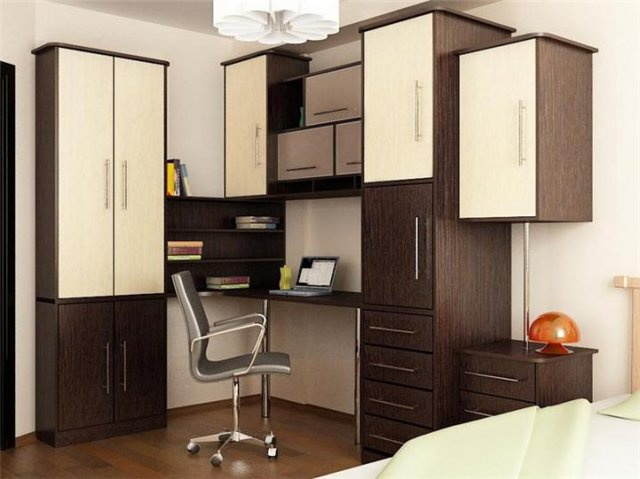 Компьютерный стол со шкафами и открытыми полками
