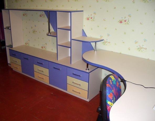 Компьютерный стол с комодом для детской