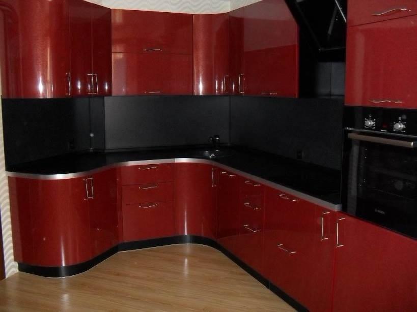 красная пластиковая кухня с гнутыми фасадами