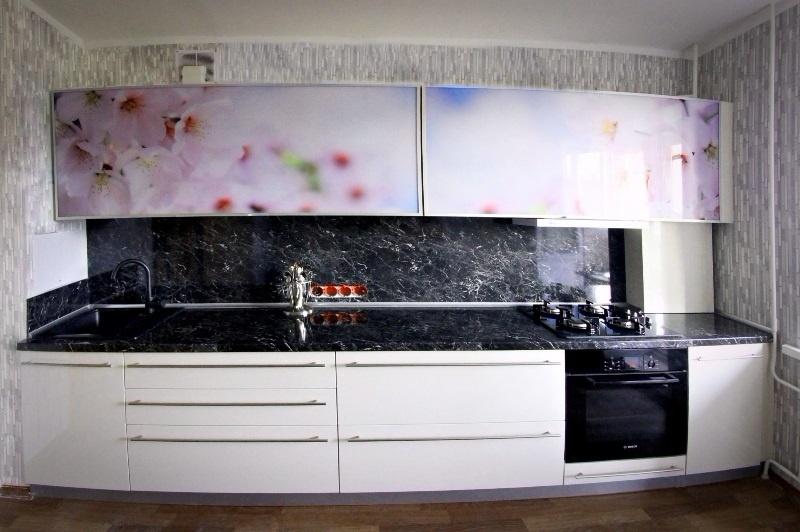 белая кухня с цветами на заказ
