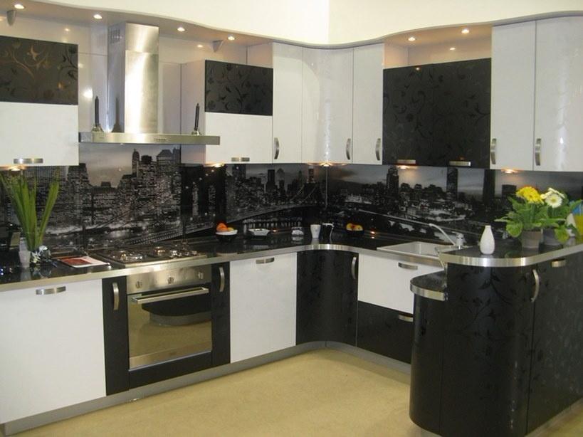 черно-белая кухня из массива с пластиковыми рельефными фасадами