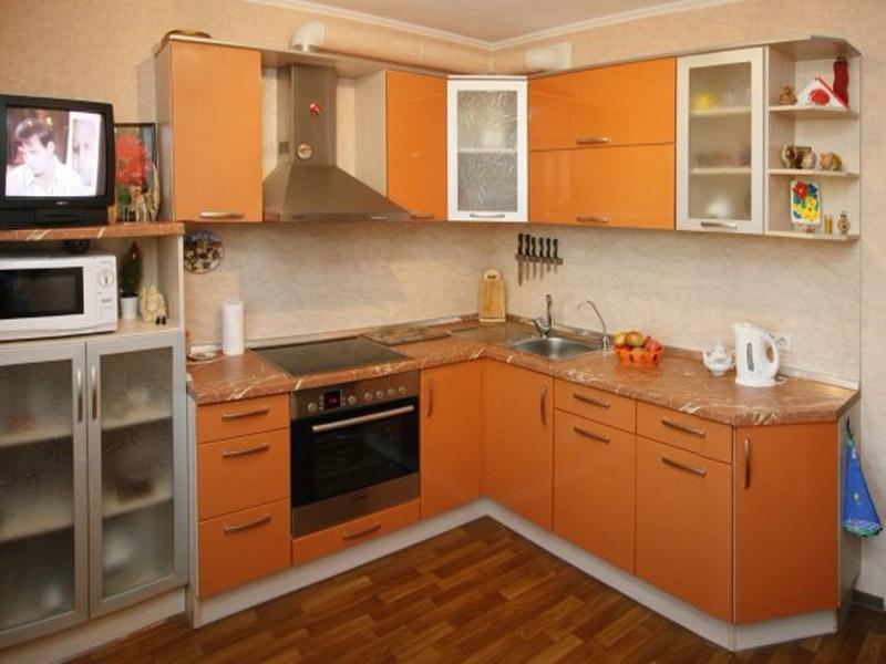 Маленькая кухня с оранжевыми фасадами