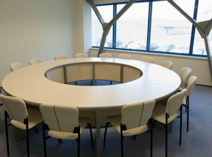 Круглый стол для переговорной фото